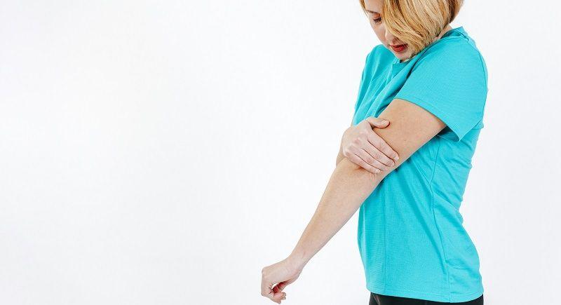 mujer dolor brazo