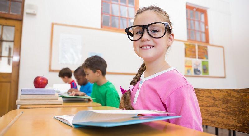 niña en colegio