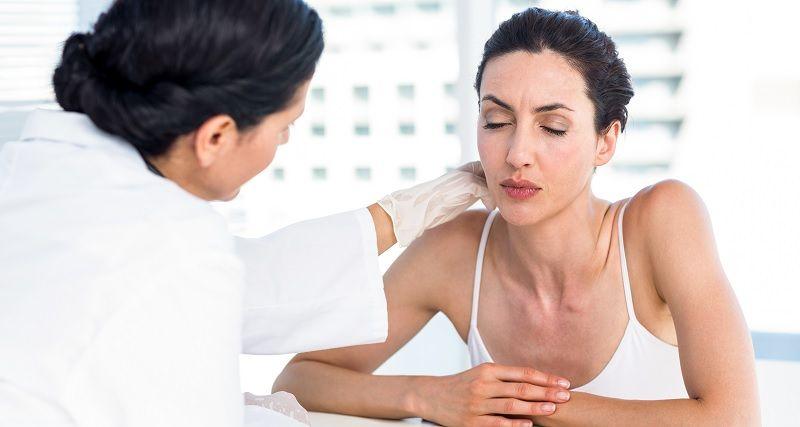 doctor examina cuello