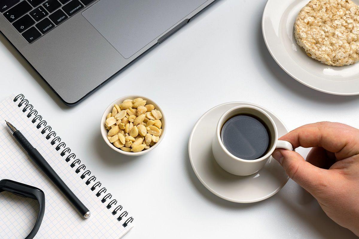 Tips para mejorar tus hábitos alimenticios en la oficina