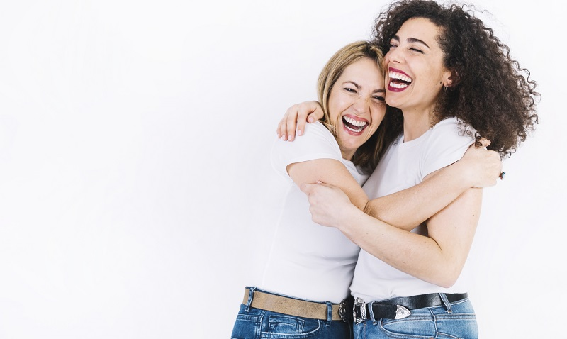 mujeres abrazadas felices