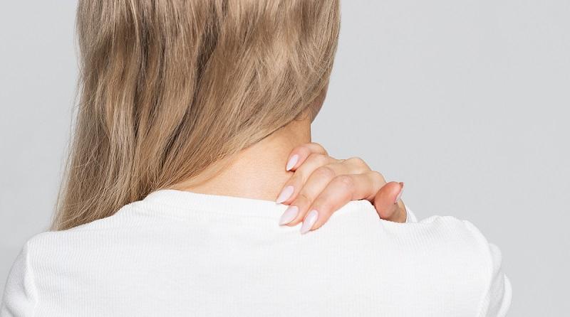 mujer mano espalda alta