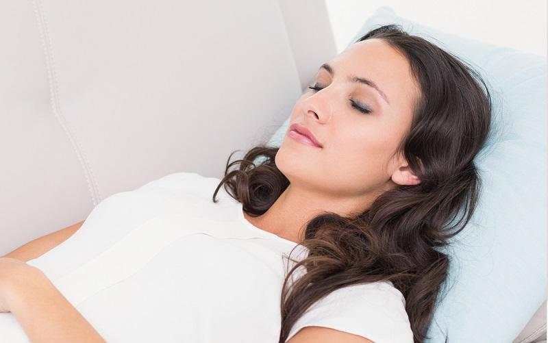 mujer acostada boca arriba