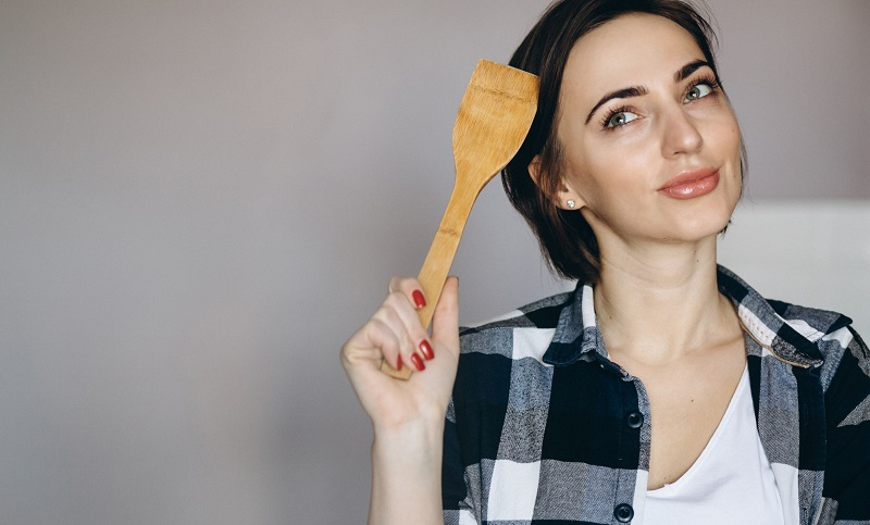 mujer pensando en qué cocinar
