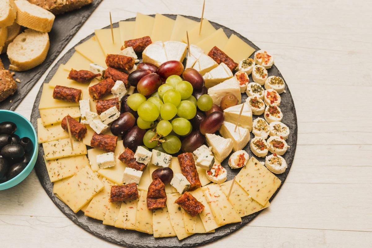 ¿Cómo preparar una tabla de quesos perfecta e irresistible?