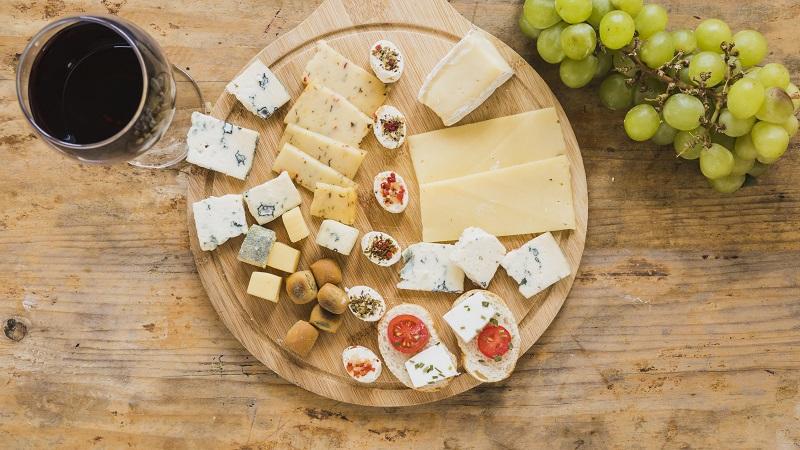 tabla de quesos con vino