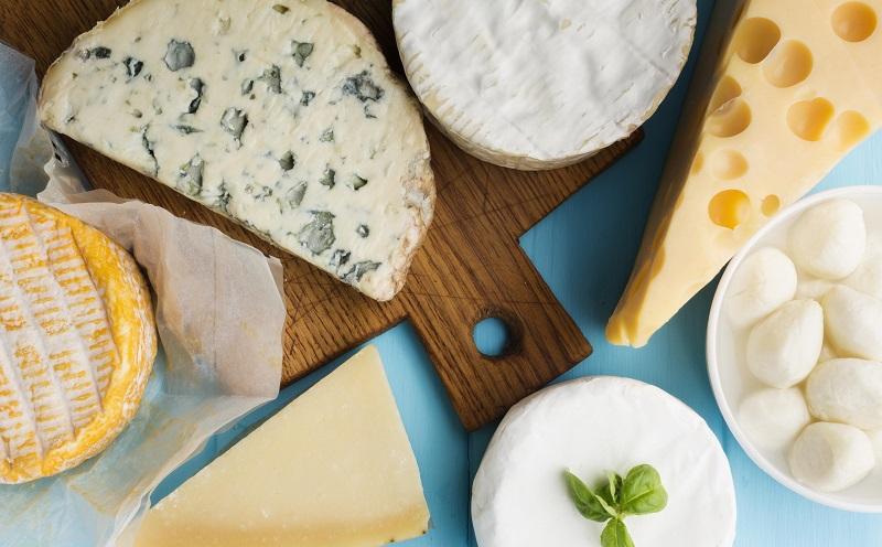 diferentes quesos en mesa